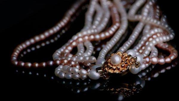 Biżuteria z kolorowymi perłami