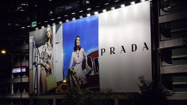Duża reklama na ścianie budynku