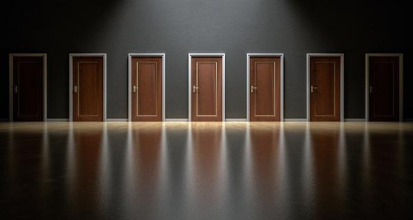 Solidne drzwi z drewna do wnętrz