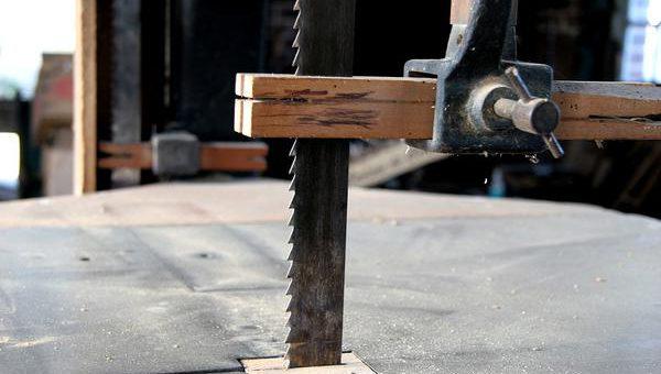 Pilarki taśmowe przeznaczone do przemysłowego cięcia metali